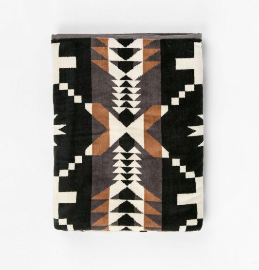 206-xb233-52908-pendleton-oversized-jacquard-towel-black-white-spider-rock-1